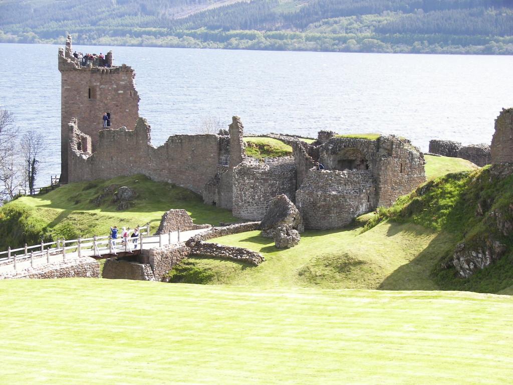 Urquhart_Castle_distance_2